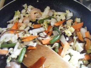 兼業主婦食材宅配体験談コープデリの簡単料理キットで海老入り五目中華春雨 野菜をいためている画像