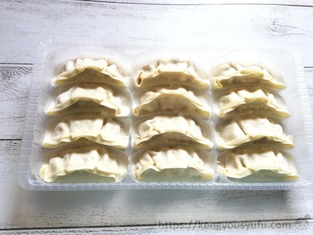 食材宅配コープデリで購入した「水・油いらずパリッとジューシーな餃子」凍ったままの画像