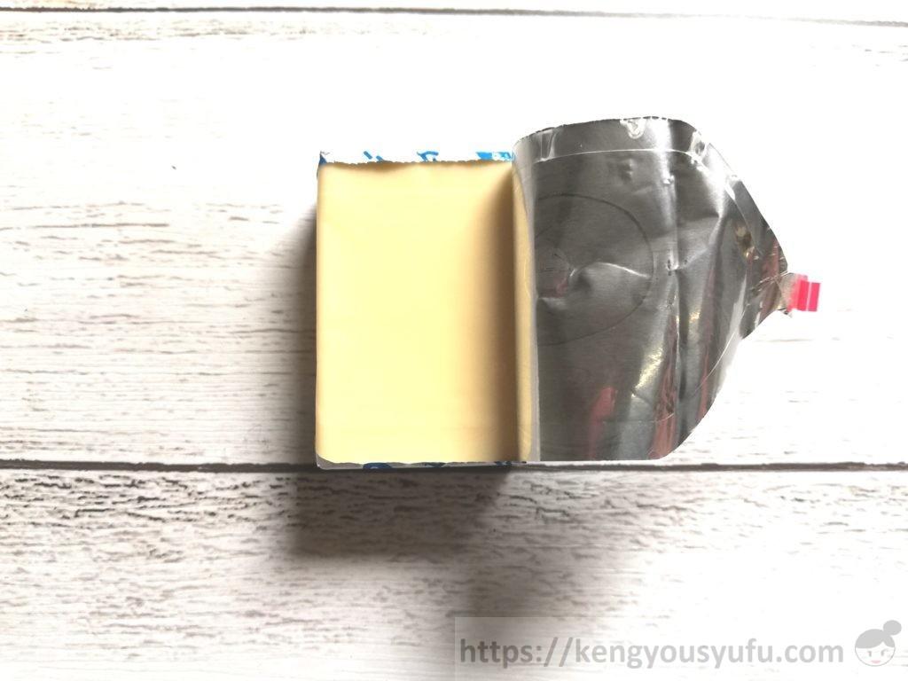 食材宅配コープデリで購入した「ベビーチーズ」銀紙を向いている画像