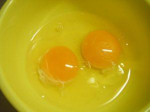 兼業主婦食材宅配体験談 コープデリ ほうれん草&じゃが芋のキッシュ風オムレツ 割った卵