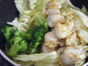 兼業主婦の食材宅配体験談 コープデリ ホタテと緑の4種野菜のうま炒め 具材をたっぷり投入