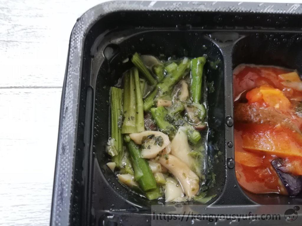 食材宅配コープデリの「デミグラスソースハンバーグ」冷凍弁当 アスパラとキノコのバジルソース