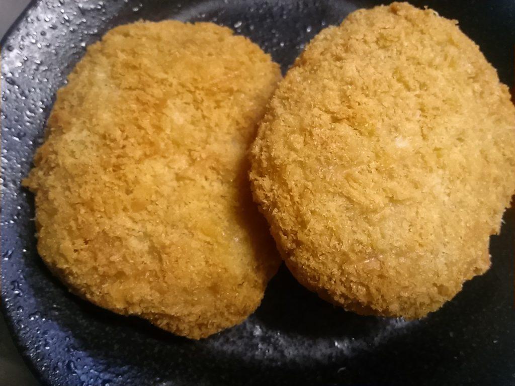 食材宅配コープデリで購入した「コープクオリティ レンジで手作り風牛肉コロッケ」解凍後の画像
