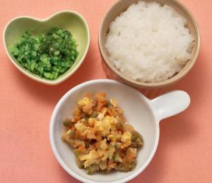 ヨシケイ プチママの離乳食 メニュー付き献立のお値段 大分固形になってきましたね。彩も奇麗で、野菜もたっぷり入っています。