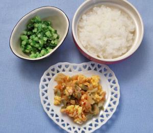ヨシケイ プチママの離乳食 メニュー付き献立のお値段 食材がすべてダイス状になりました。モグモグが上手になっていきます。