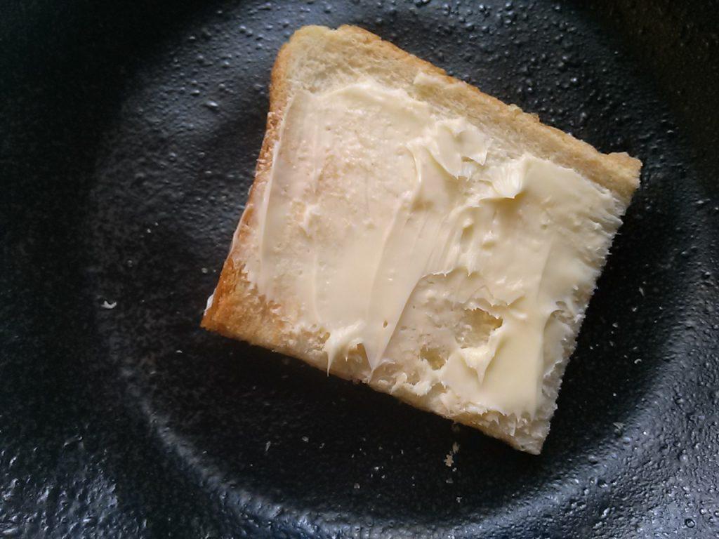 食材宅配パルシステム 毎日のマーガリンをお試し パンにマーガリンを塗った画像