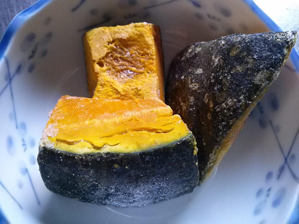 食材宅配コープデリで購入した「北海道のかぼちゃ」は離乳食に使える! 凍ったままの画像