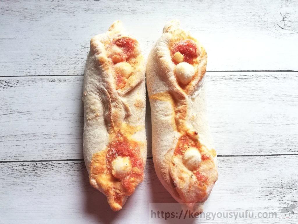 食材宅配コープデリで購入した「4種チーズの手包みピッツア マルゲリータ」凍ったままの画像