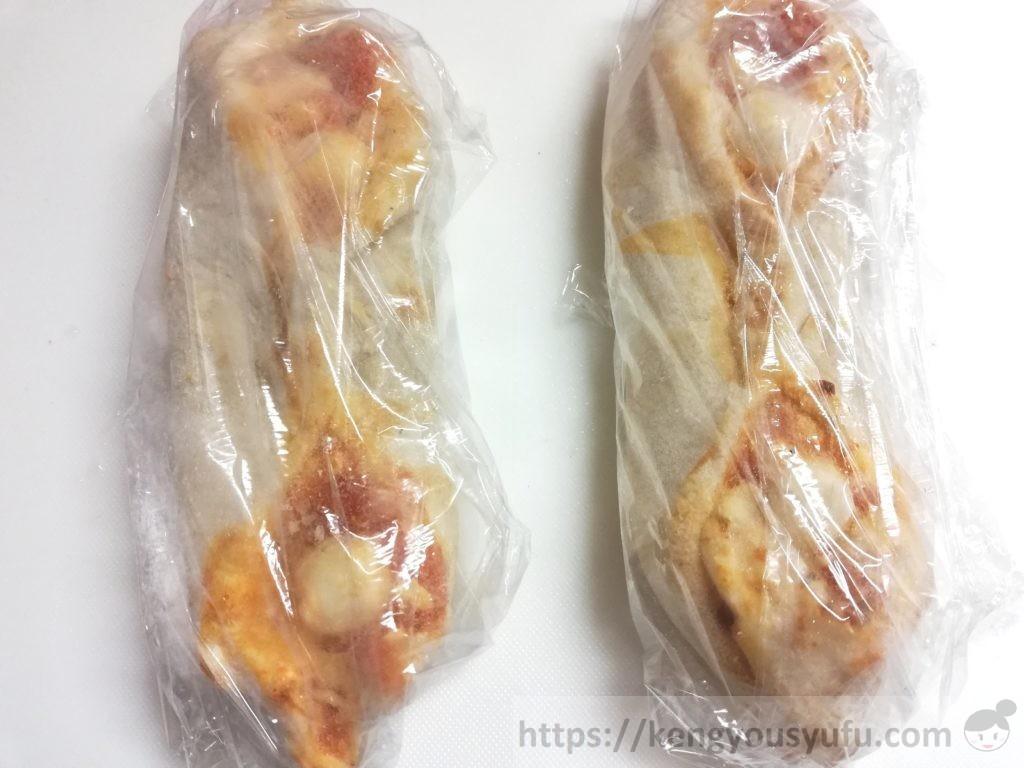 食材宅配コープデリで購入した「4種チーズの手包みピッツア マルゲリータ」加熱前サランラップで巻いている画像