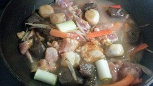 【コープデリ簡単料理キット】鶏肉とさといもの治部煮風を作ってみたよ 煮込んでいる最中の画像