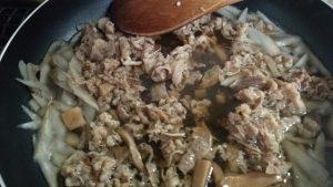 食材宅配コープデリの牛肉と3種きのこの柳川風を作ってみました。作っている最中の画像 柳川風って何?
