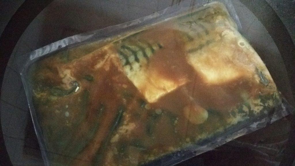 食材宅配コープデリで購入「骨取りさばの和風カレー煮」ボイルしている画像