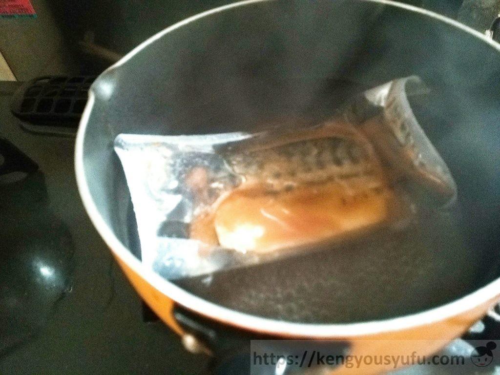 食材宅配コープデリの「さばの味噌煮」湯せん調理中の画像
