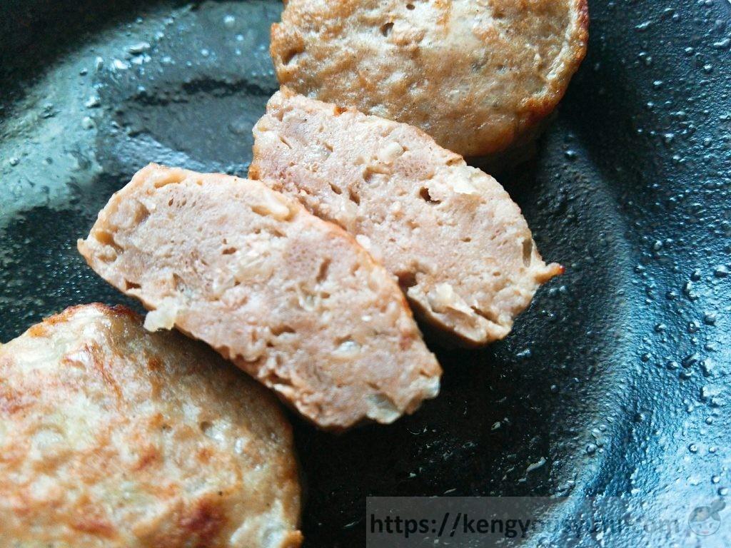 食材宅配コープデリ「レンジでふっくらミニハンバーグ」半分に切った画像