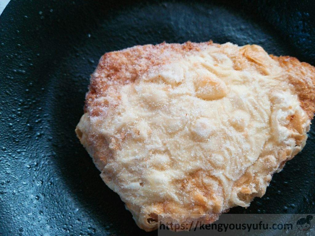 食材宅配コープデリで購入した「国産若鶏チーズ焼き」凍ったままの画像