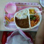 【コープお子さまプレート】カレーセットを子どもたちに試食してもらいました!チビ姫ちゃんが食べている画像