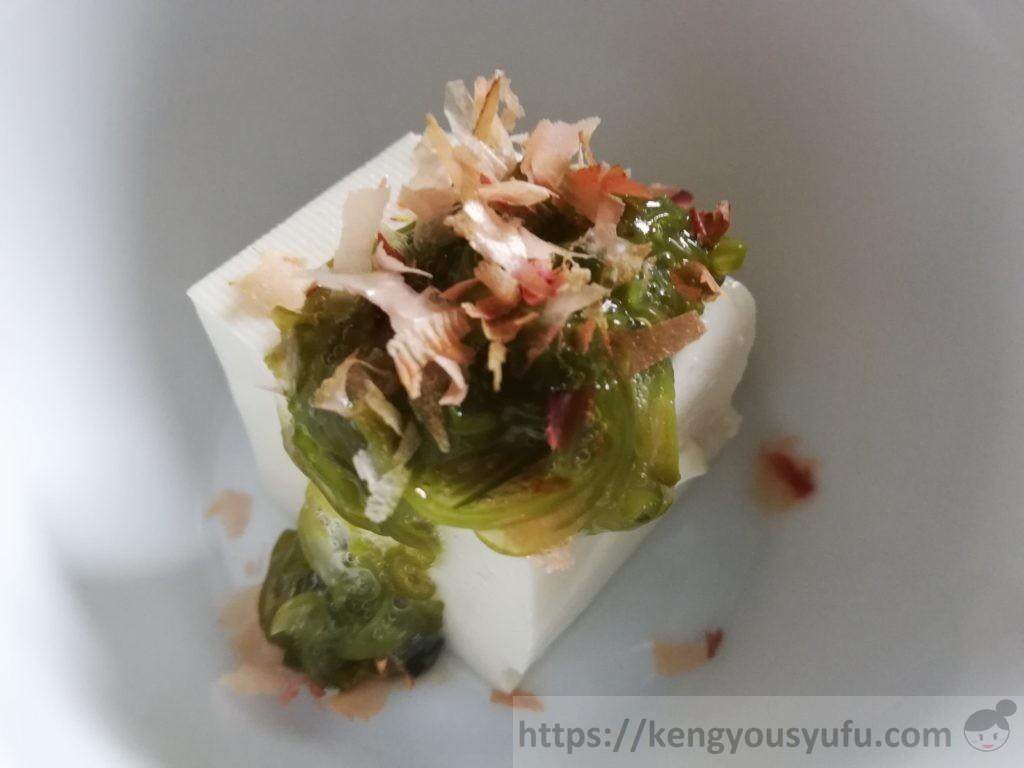 食材宅配コープデリで買った国産素材「宮城県産めかぶ」豆腐の上に上品に