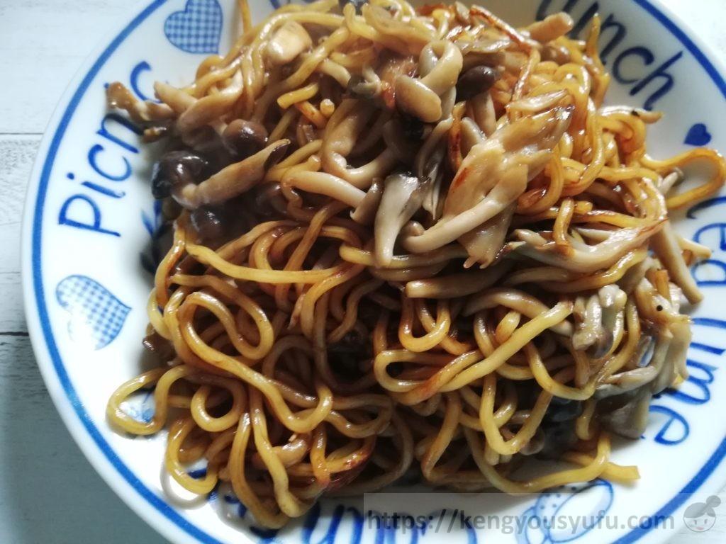 食材宅配コープデリで購入した蒸し太麺焼きそば きのこを混ぜてみた