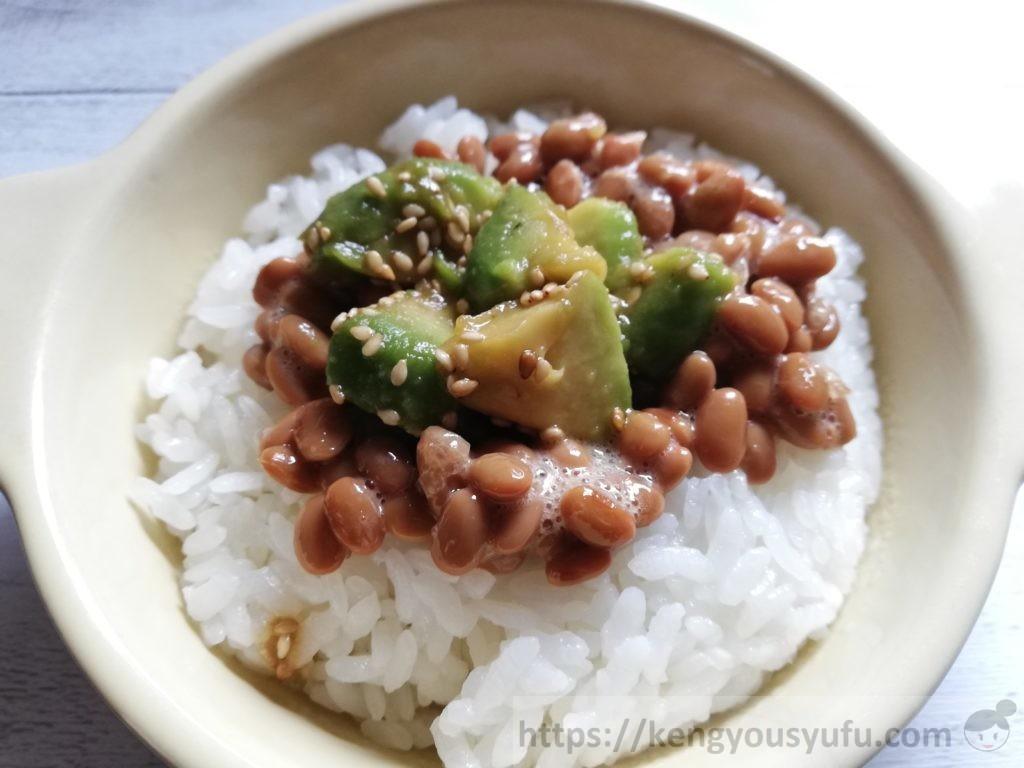 食材宅配コープデリで購入し「冷凍アボガドスライス」納豆ご飯