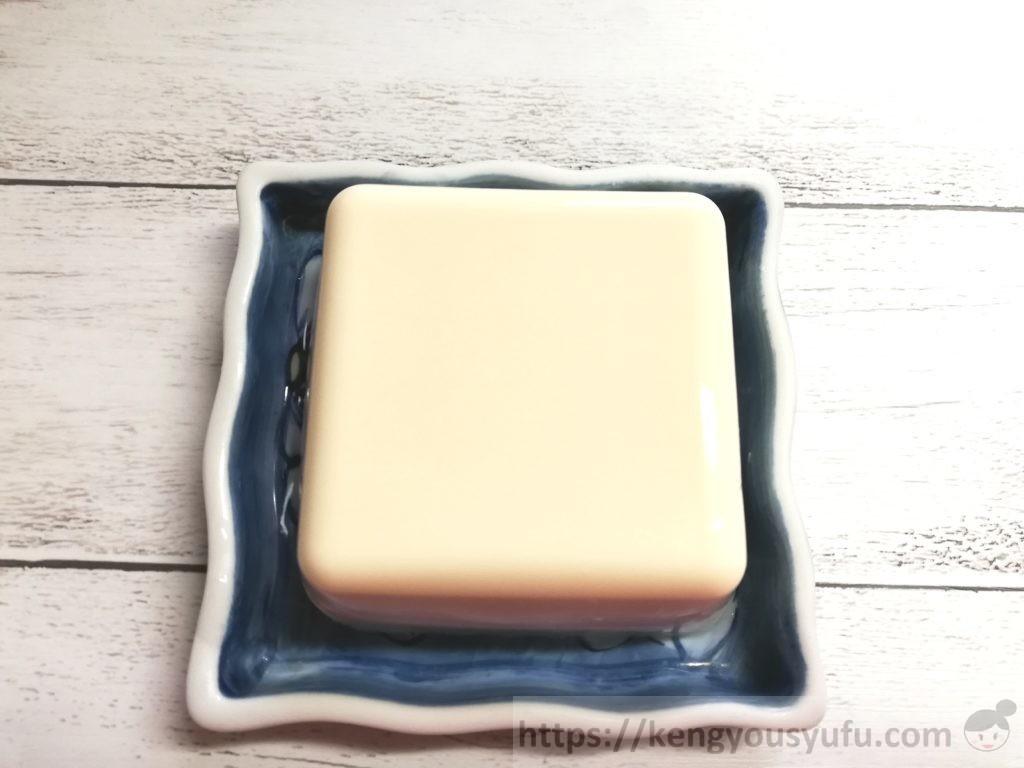 食材宅配コープデリで購入した国産素材「北海道産大豆絹(充填豆腐)」中身をお皿に取り出した画像