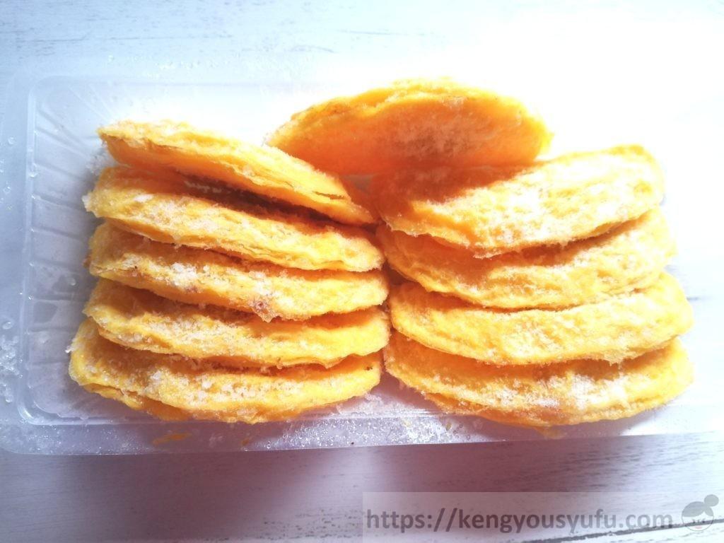 食材宅配コープデリで購入した「産直はぐくむたまごで作ったレンジミニオムレツ」凍ったままの画像