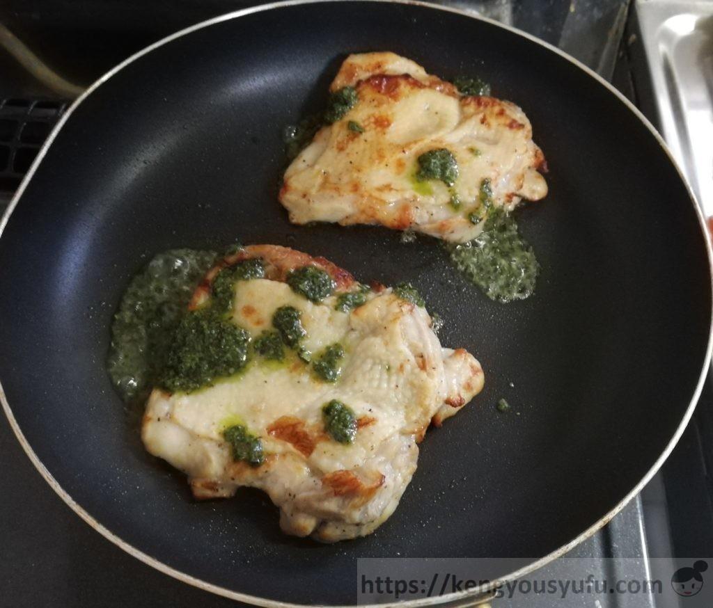 食材宅配コープデリで購入したミールキット「バジルチキンソテー+ごろごろ野菜スープ」チキンをバジルを加えて焼いている画像