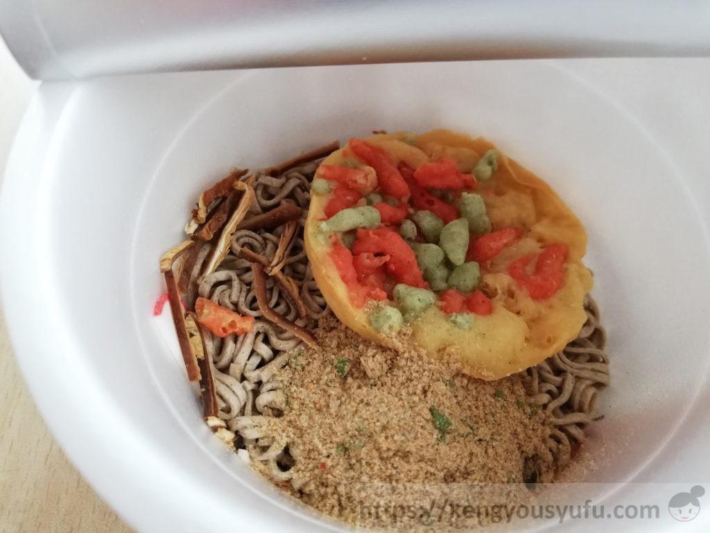 食材宅配コープデリで購入した「ミニ天ぷらそば」粉を入れた画像