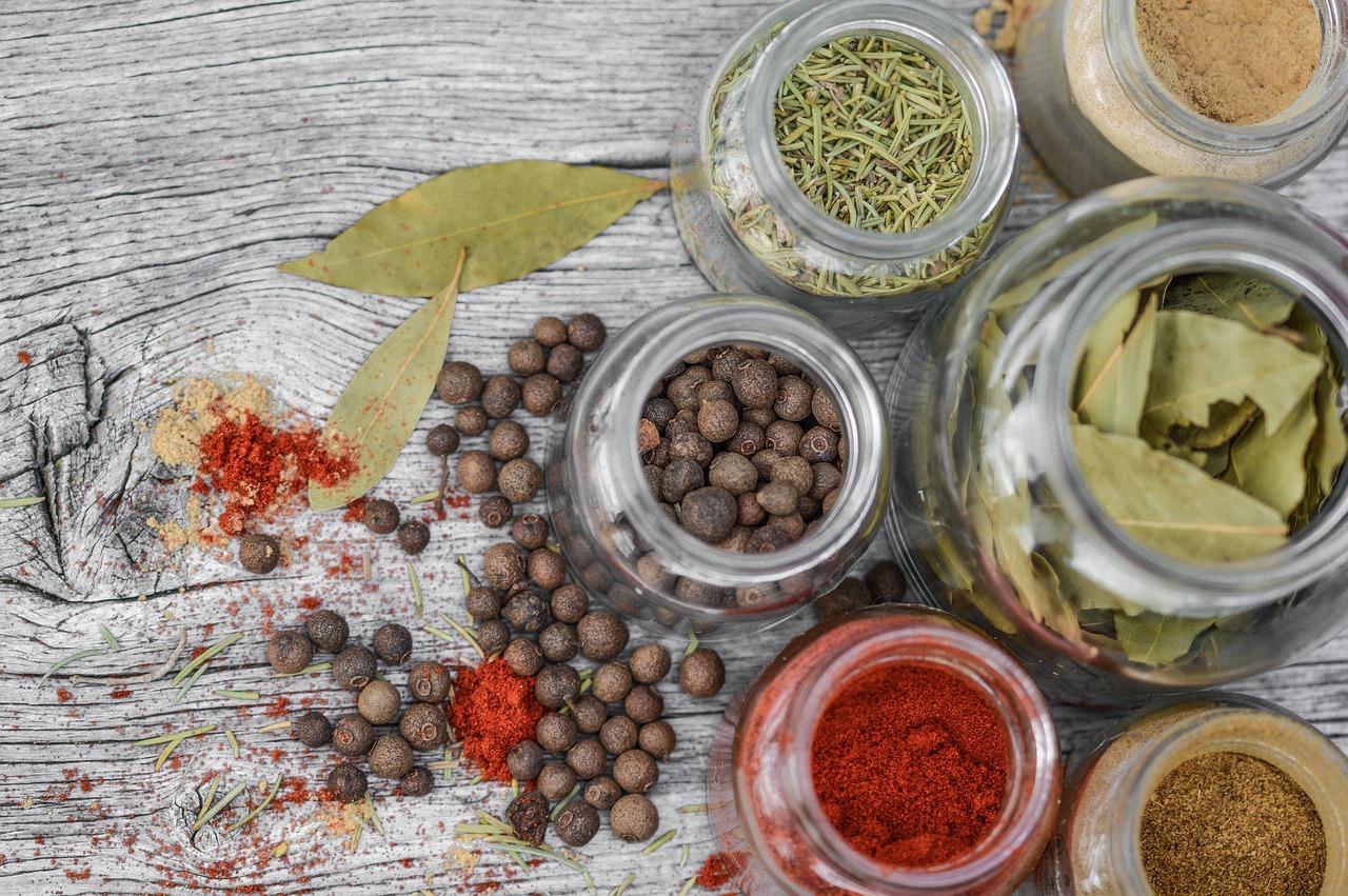 「香辛料抽出物」は味わいや辛さを出すためのもの~食材宅配~