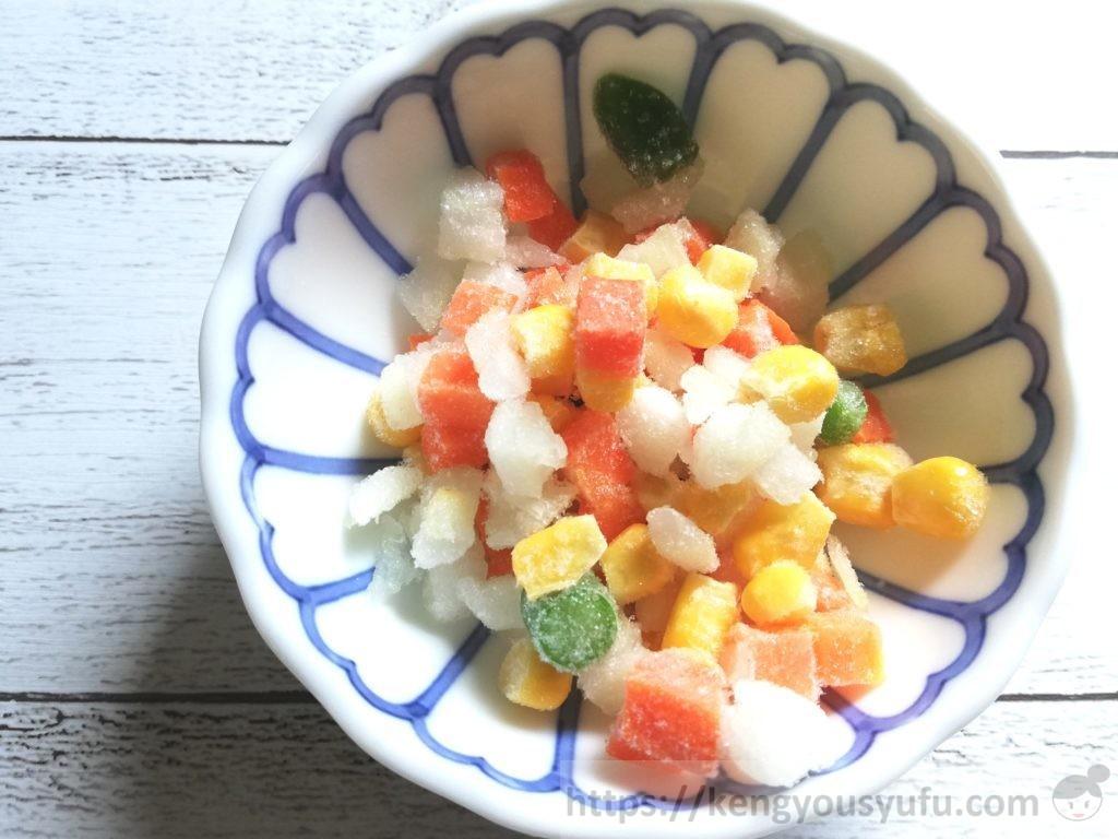コープ産地指定「北海道の野菜ミックスたまねぎ入り」凍ったままの画像