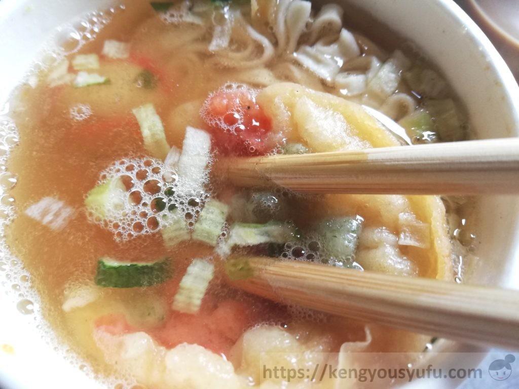 食材宅配コープデリで購入したカップうどん「関西風えび天うどん」汁の色