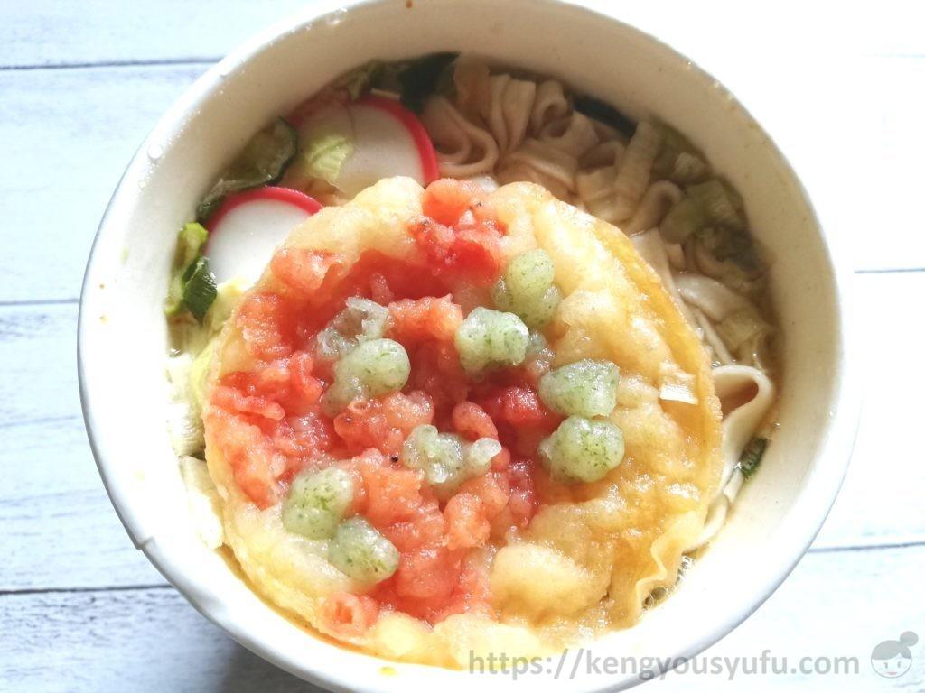 食材宅配コープデリで購入したカップうどん「関西風えび天うどん」お湯を入れた画像