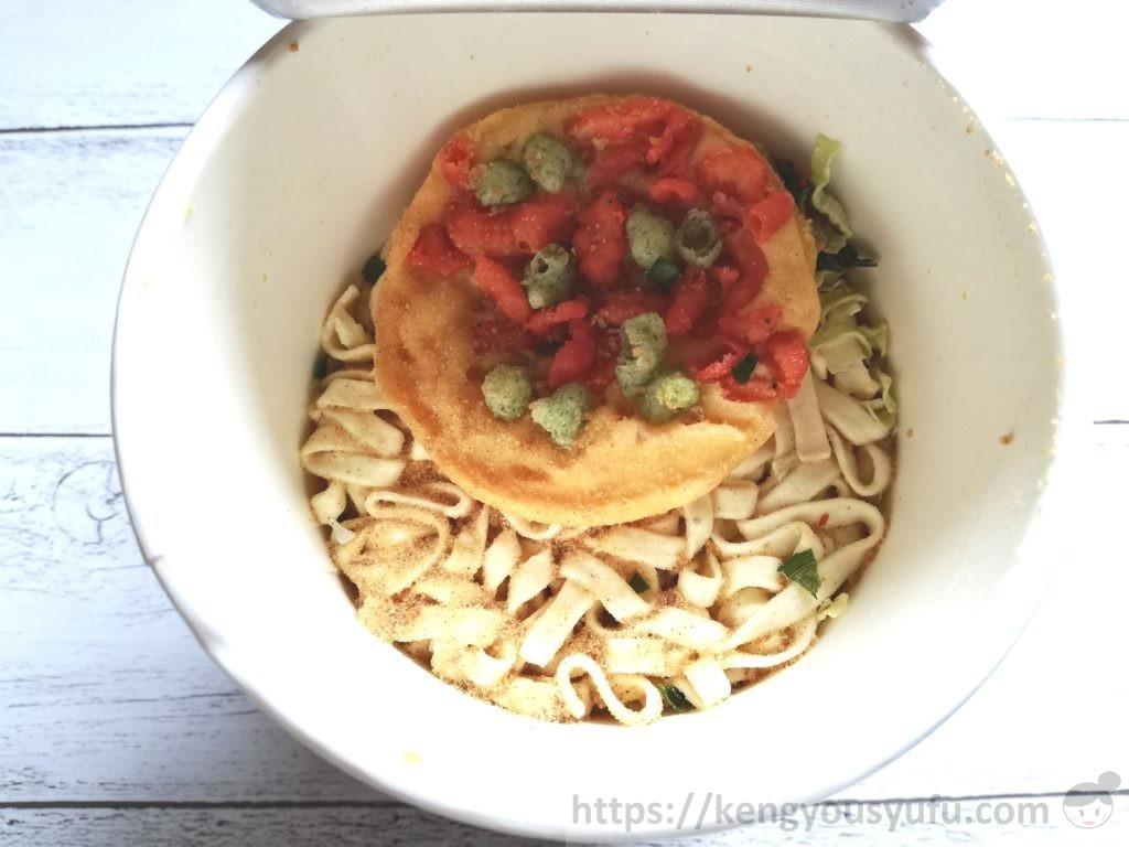 食材宅配コープデリで購入したカップうどん「関西風えび天うどん」お湯を入れる前の画像