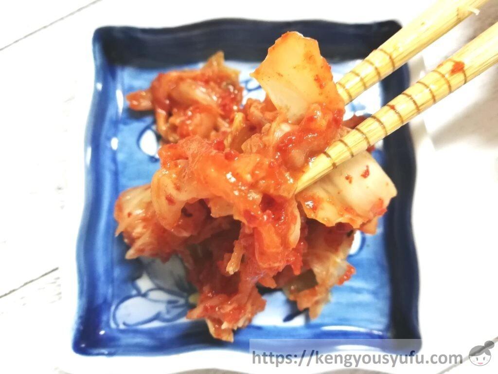 食材宅配コープデリで購入した「韓国直輸入キムチ」箸でつまんでみた画像