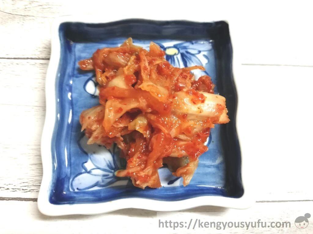 食材宅配コープデリで購入した「韓国直輸入キムチ」お皿に盛り付けた画像