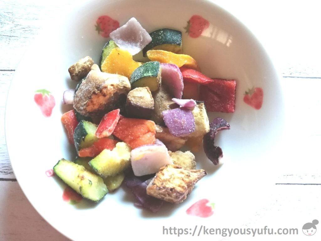 食材宅配コープデリで購入した「イタリア産5種の彩りグリル野菜」凍ったままの中身の画像