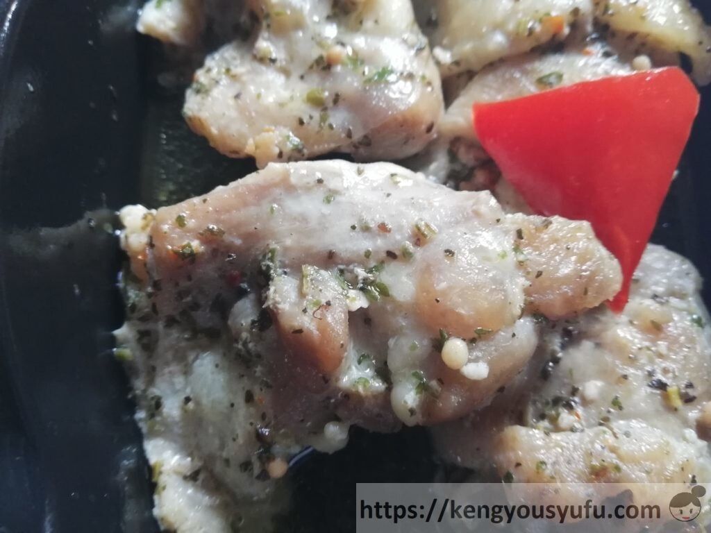 nosh(ナッシュ)「チキンのバジルオイル焼き」チキンのバジルオイル焼き メイン肉のアップ画像