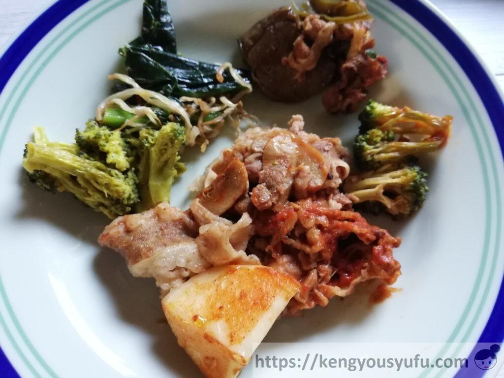 ナッシュ「牛肉のデミグラスソース煮」お皿に盛り付けた画像