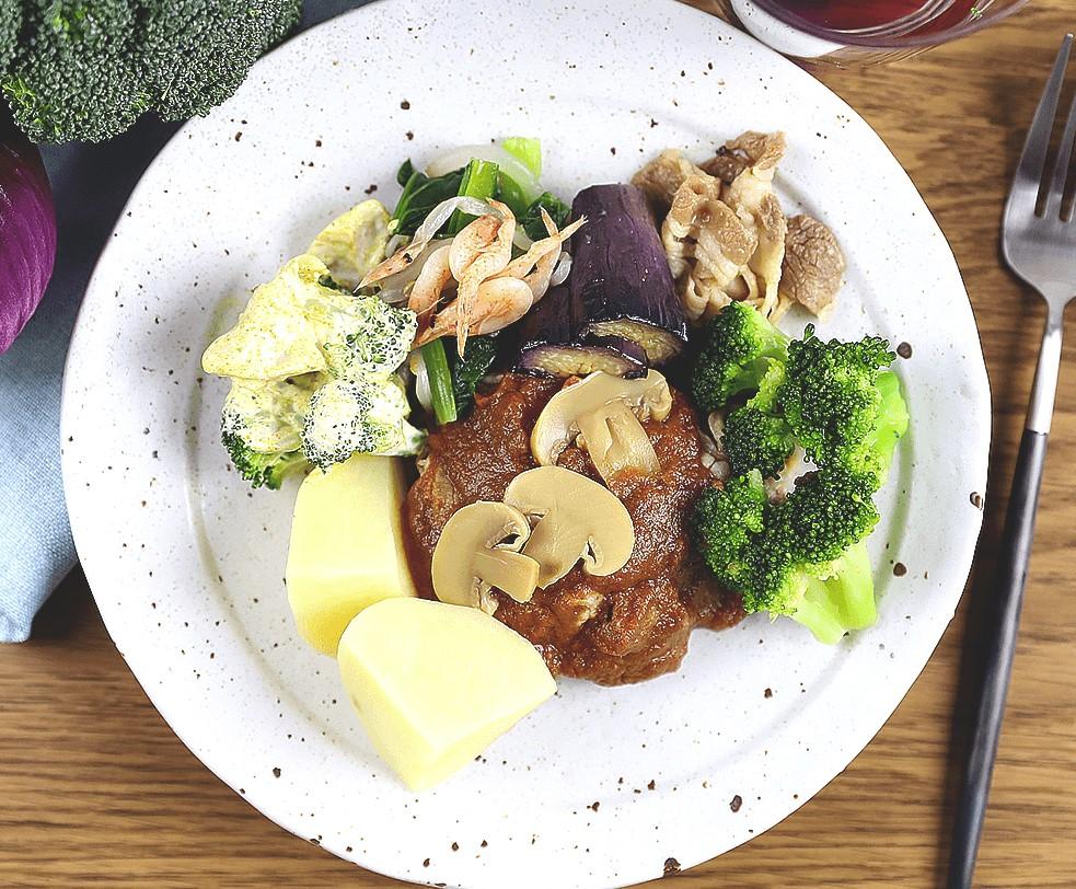 ナッシュ「牛肉のデミグラスソース煮」盛り付けの見本