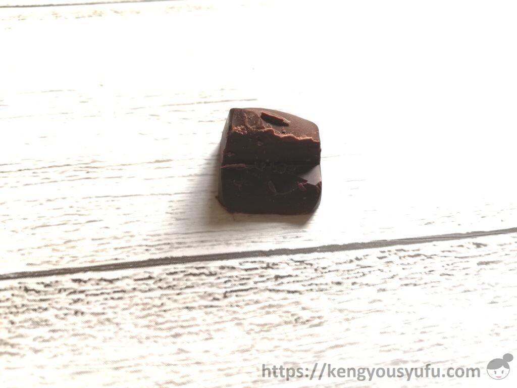 食材宅配コープデリ「カカオ好きのためのファミリーチョコレート」半分に割ってみた