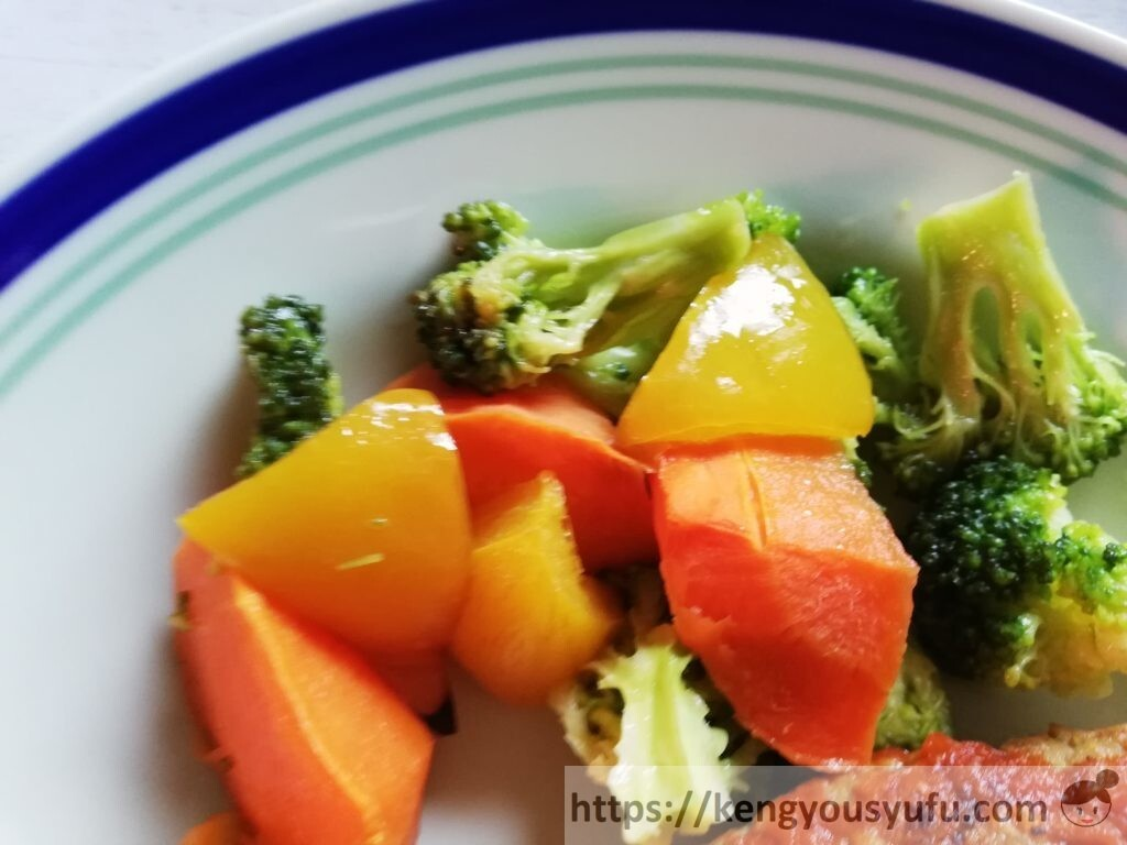 冷凍弁当宅配サービス「ナッシュ」で購入した「チリハンバーグステーキ」彩り野菜のロースト お皿に盛り付けた画像