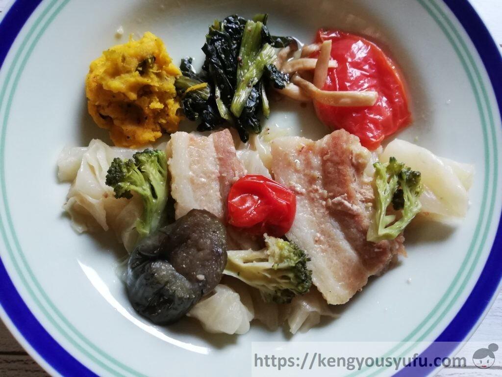 冷凍宅配弁当ナッシュ「蒸し豚の味噌煮」お皿に盛り付けた画像