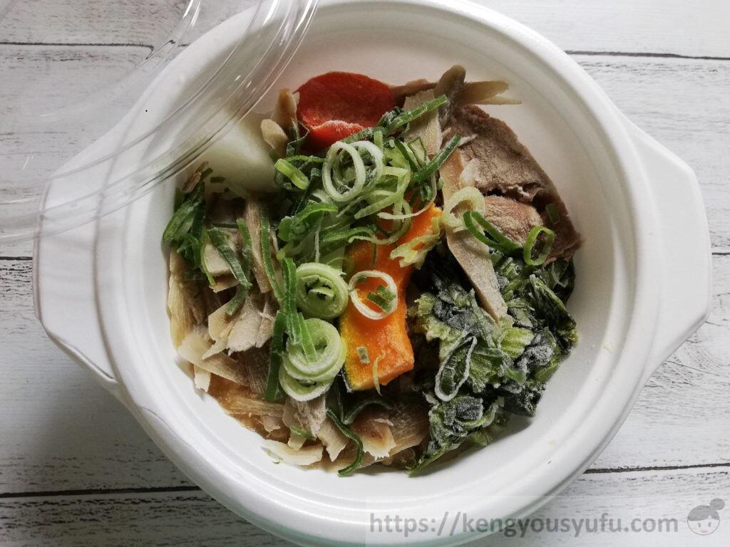 ウェルネスダイニング ベジ活スープ食「豚汁」凍ったままの中身の画像