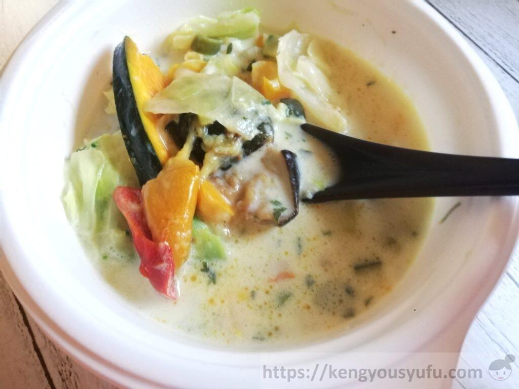 ウェルネスダイニング ベジ活スープ食「あさりのクリーミィクラムチャウダー」スプーンですくってみた画像