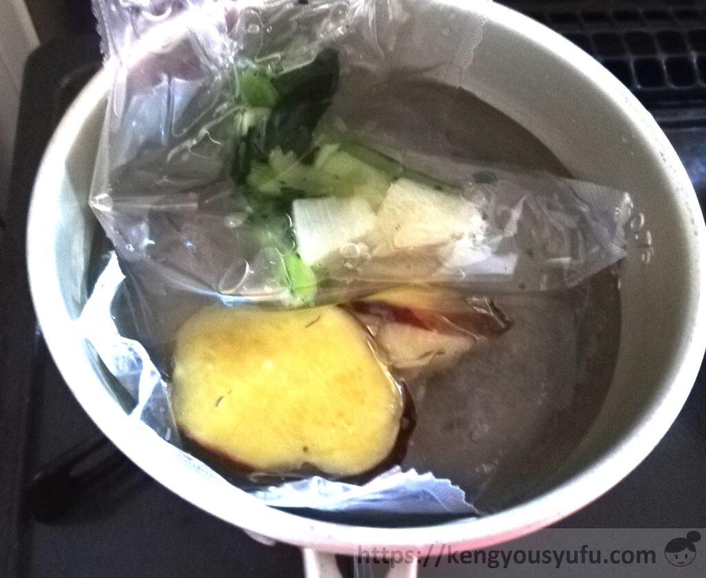ウェルネスダイニング制限食料理キット「さばの照焼き+さつまいもの甘露煮」湯せんで温めている