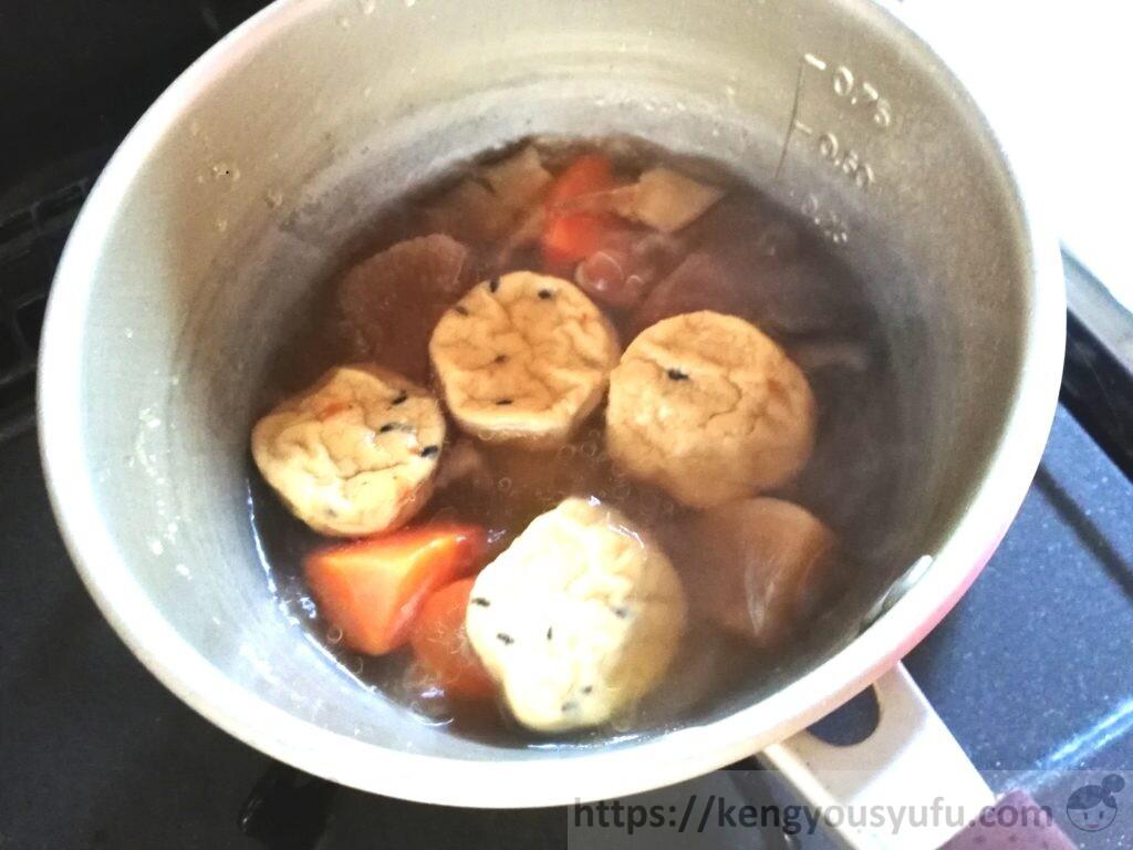 ウェルネスダイニング制限食料理キット「がんもどきと野菜の煮物+青梗菜の棒棒鶏和え」がんもどきを入れて煮ている画像