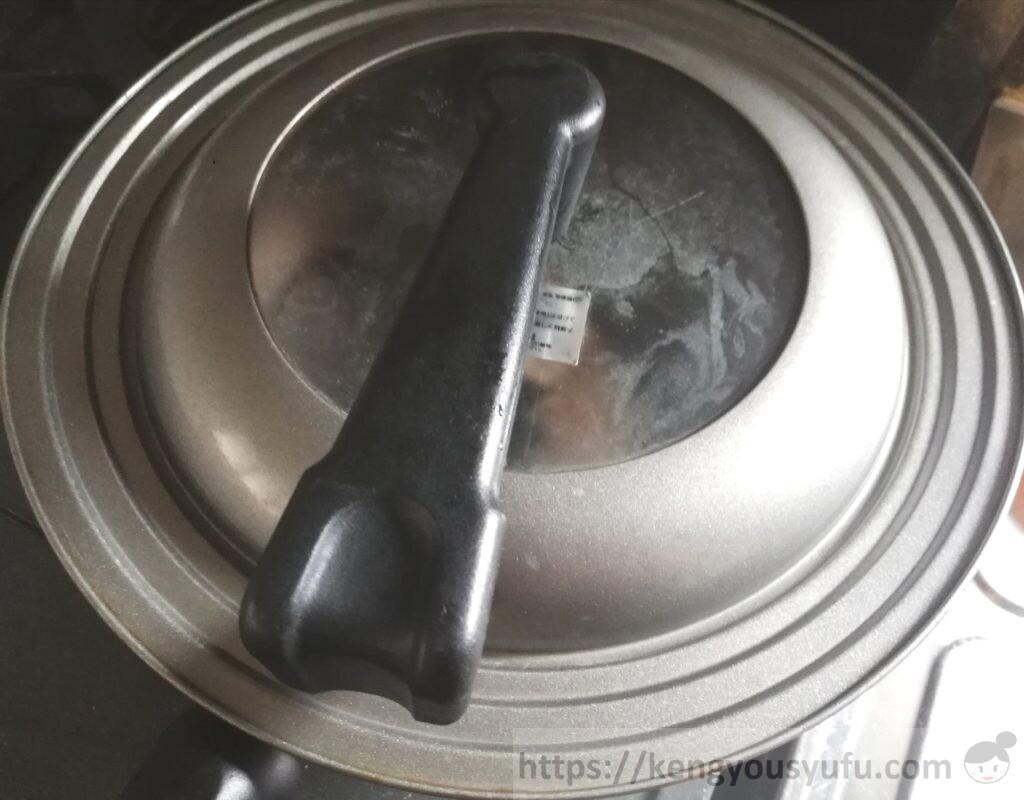 鶏肉のマスタード炒め 鶏肉をじっくり蒸し焼きにしている画像
