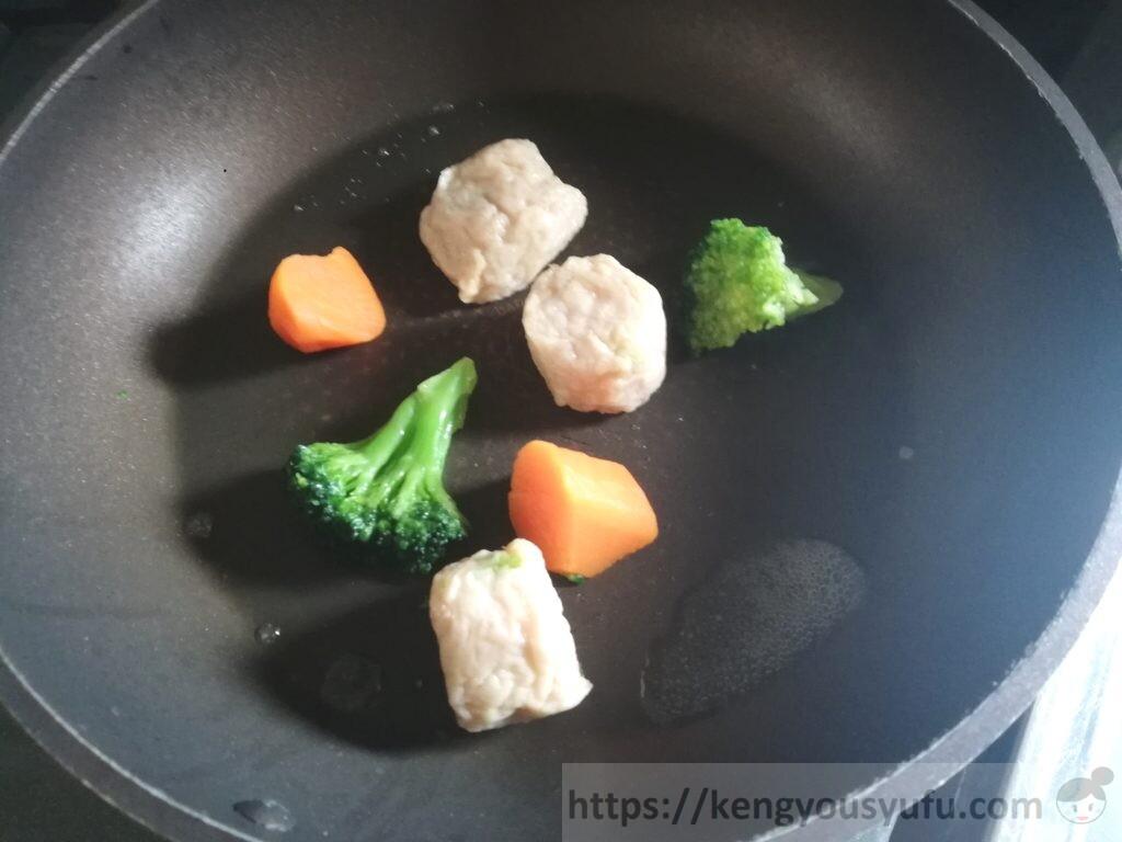 エビ団子のクリーム煮 食材をフライパンで炒める