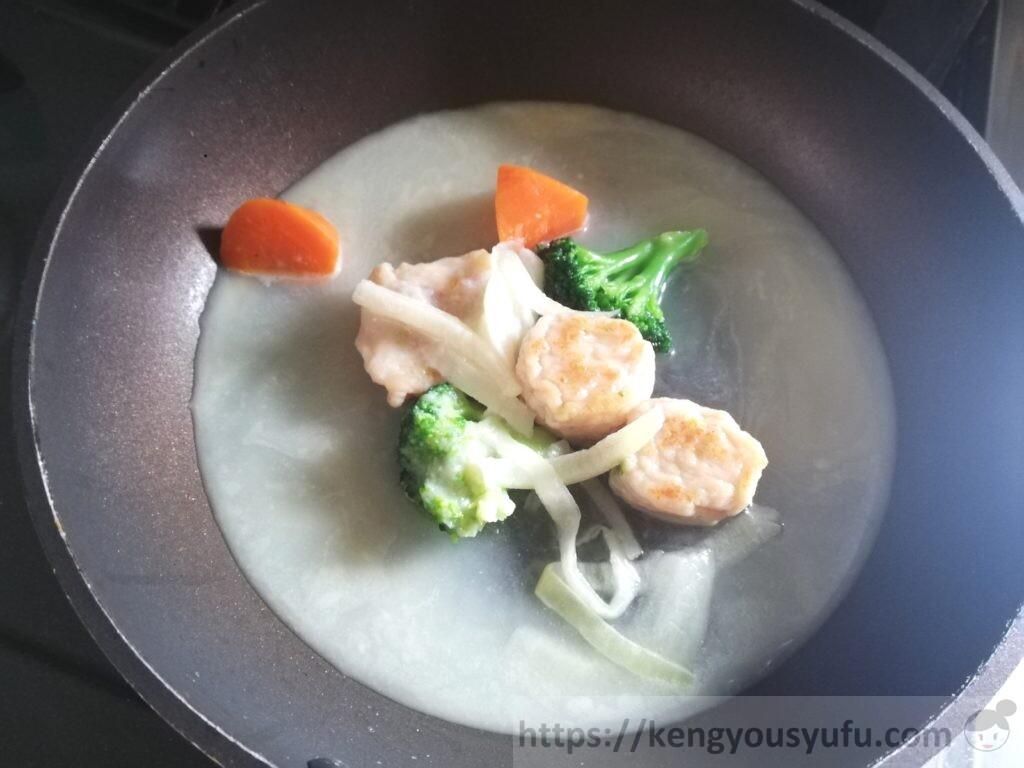 エビ団子のクリーム煮 クリームを入れて煮込んでいる画像